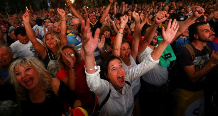 تفاعل المواطنين لدى مشاهدتهم لجلسة البرلمان الكتالوني على شاشة عملاقة أثناء مسيرة مؤيدة للاستقلال فى برشلونة، إسبانيا، 10 أكتوبر/ تشرين الأول2017
