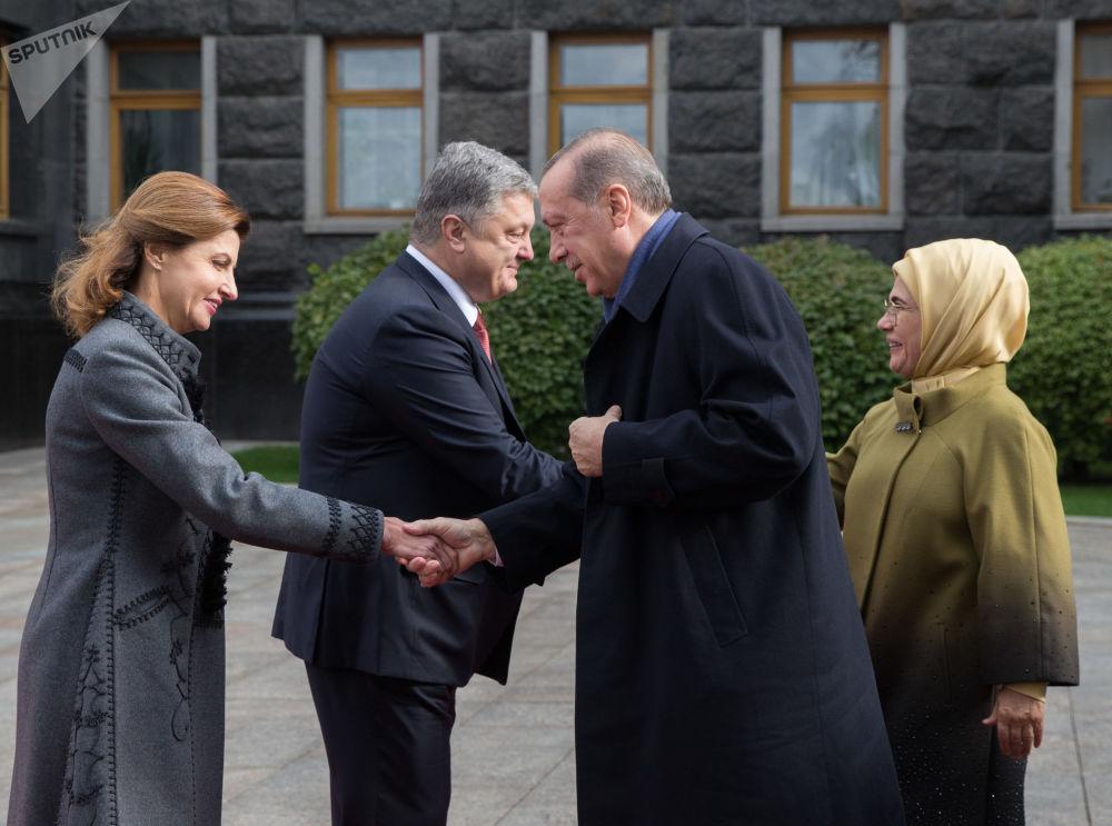 الرئيس التركي رجب طيب أردوغان وزوجته أمينة والرئيس الأوكراني بيوتر بوروشينكو وزوجته مارينا خلال زيارتهما إلى كييف، أوكرانيا
