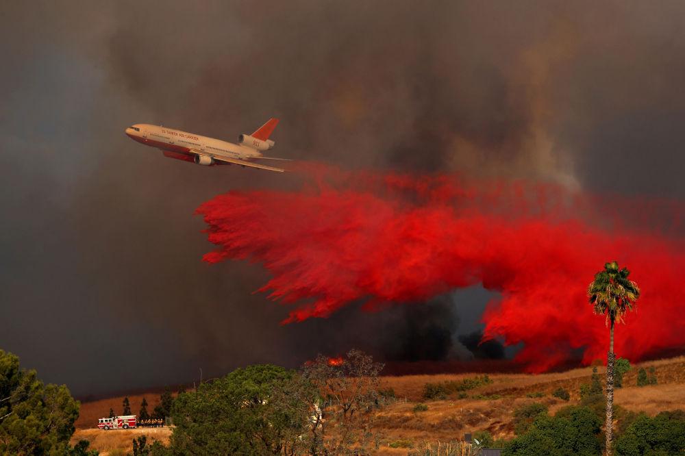 طائرة  خلال عملية اطفاء الحرائق المندلعة في أورانج بكاليفورنيا، الولايات المتحدة 9 أكتوبر/ تشرين الأول 2017