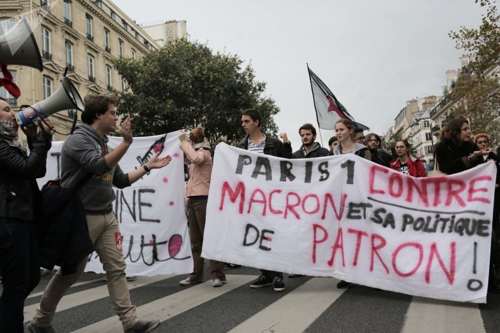 متظاهرون خلال الاحتجاجات والإضراب العامل في باريس، فرنسا