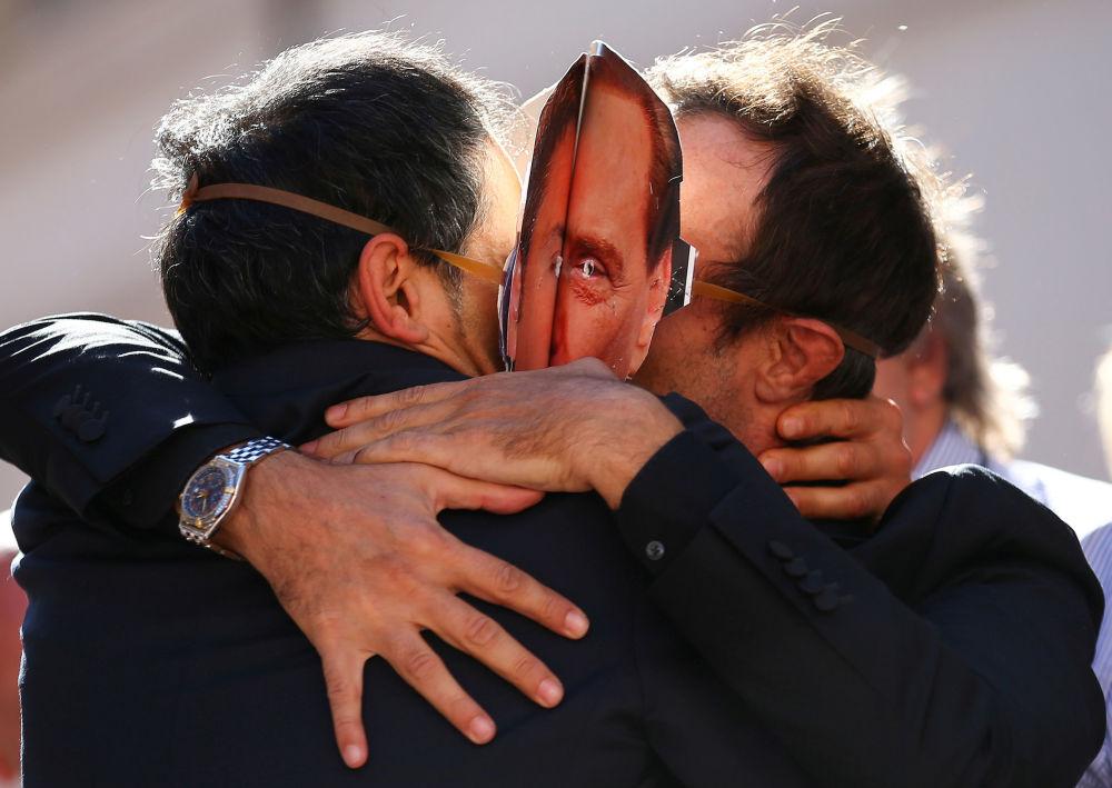 رجلان يرتديان قناعا رئيس الوزراء السابق سيلفيو برلوسكوني وماتيو رينزي، وذلك خلال احتجاجات أمام قصر مونتيسيتوري الحكومي في روما، إيطاليا 11 أكتوبر/ تشرين الأول 2017