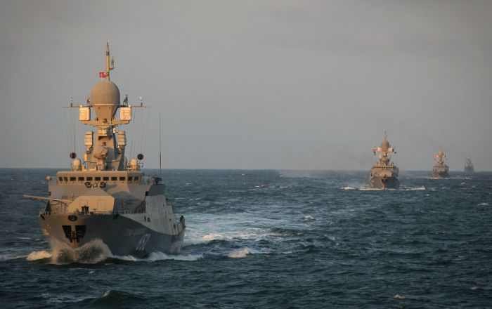 """سفن أسطول بحر قزوين """"تطفئ"""" حريقا على قارب…فيديو"""