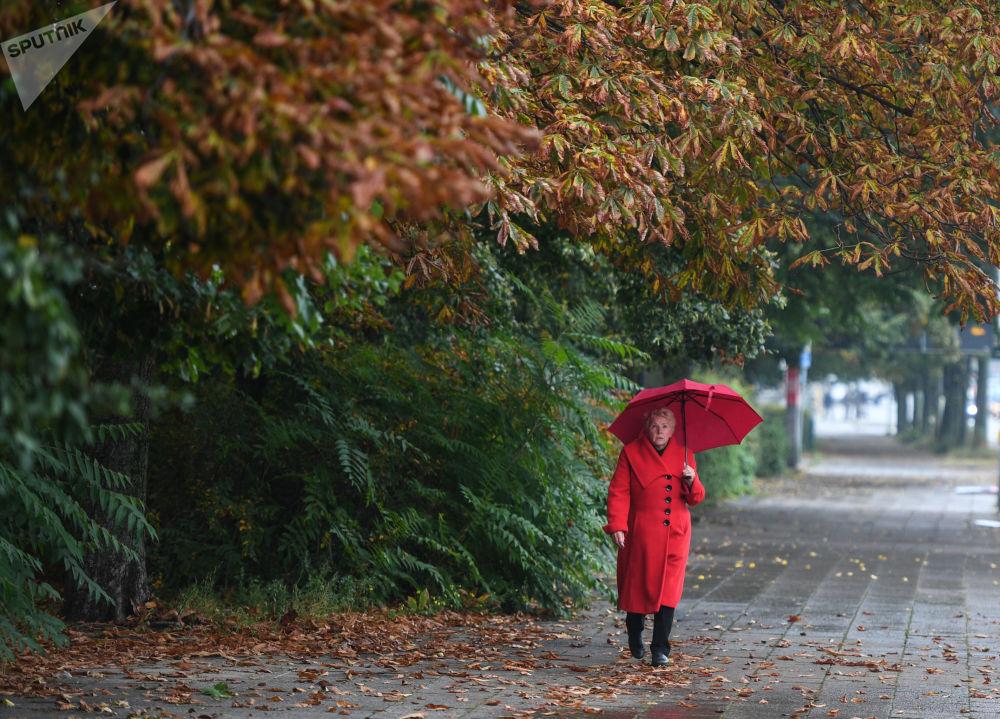 امرأة تحت المطر في شوارع برلين
