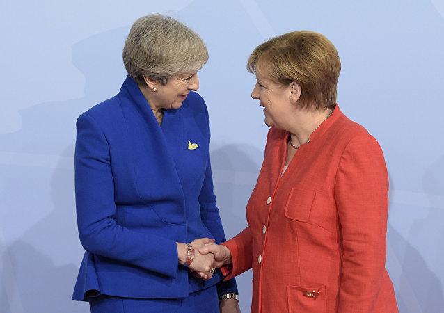 رئيس حكومة بريطانيا تيريزا ماي والمستشارة الألمانية أنجيلا ميريكل