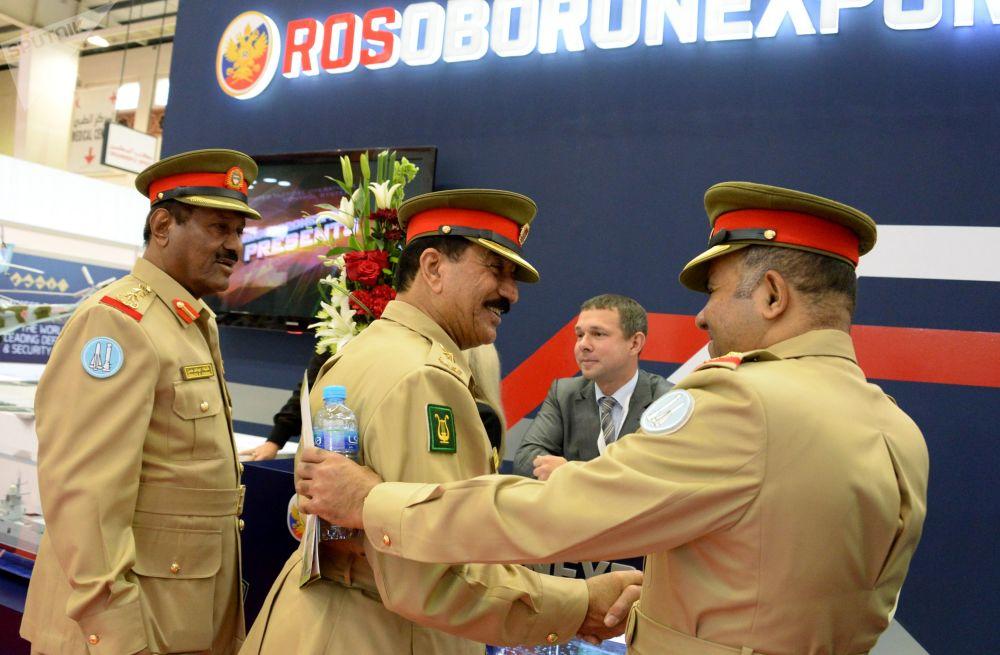 المعرض العسكري الدولي في البحرين (BIDEC-2017) - زوار المعرض يقفون لدى ممثل الشركة الروسية روس أوبورن إكسبيرت