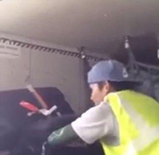 عامل يسرق الحقائب