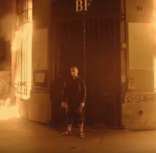 فنان روسي يشعل النارفي بنك فرنسي