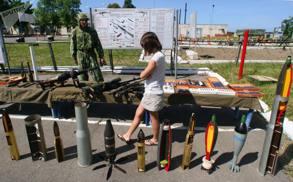 فتاة في المعرض العسكري لسلاح أسطول بحر البلطيق، روسيا