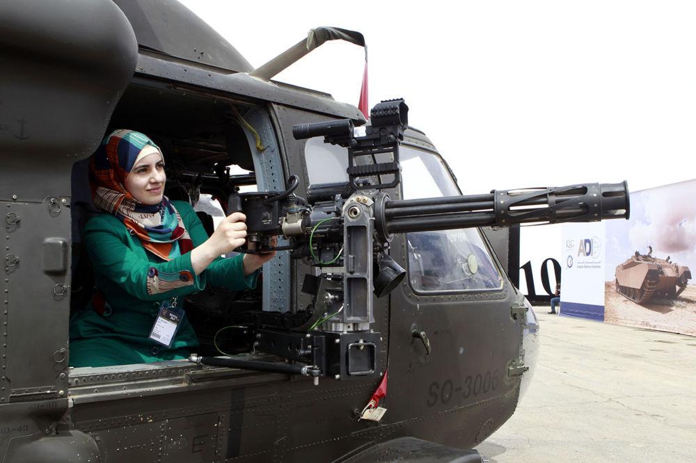 فتاة داخل مروحية خلال معرض أسلحة القوات الخاصة SOFEX في الأردن
