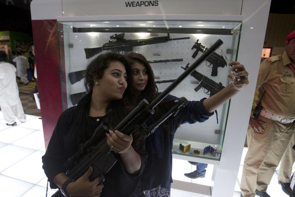 زائرة في المعرض العسكري الدولي IDEAS  في باكستان