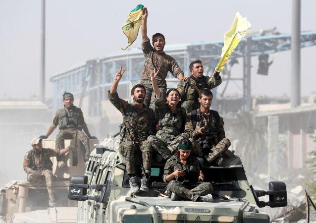 القوات الديموقراطية السورية يحتفلون بتحرير الرقة من تنظيم داعش، سوريا 17 أكتوبر/ تشرين الأول 2017
