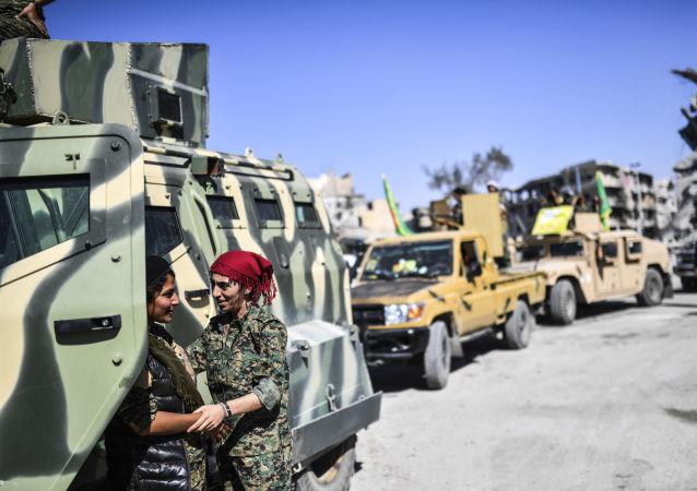 النساء الكرديات في القوات الديموقراطية السورية المشاركة في تحرير الرقة، سوريا 19 أكتوبر/ تشرين الأول 2017