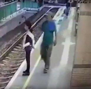 رجل يدفع فتاة
