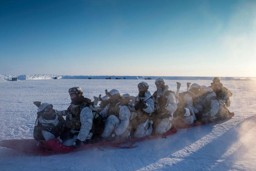 جنود من وحدة المهام الخاصة التابعة لوزارة الشؤون الداخلية في جمهورية الشيشان أثناء التدريبات في منطقة القطب الشمالي