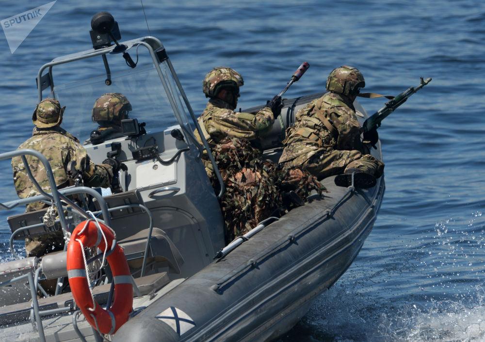 القوات الخاصة البحرية خلال بروفة عامة استعدادا لعرض السفن والعطلة الرياضية العسكرية، المخصصة ليوم البحرية الروسية في فلاديفوستوك