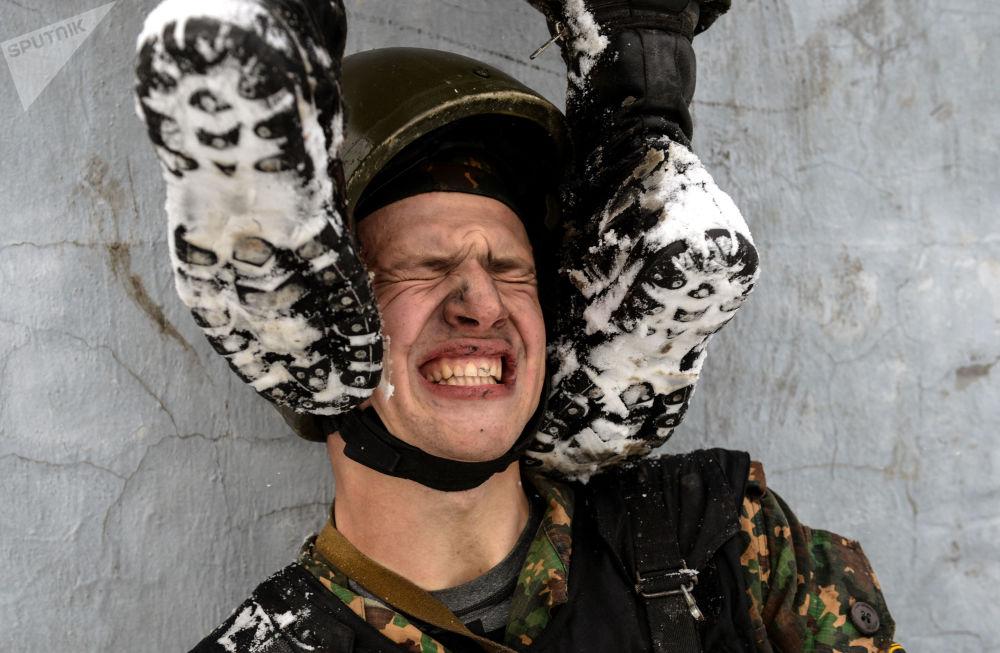 جندي من وحدة المهام الخاصة لأوامر القيادة الإقليمية التابعة للقوات الداخلية لوزارة الشؤون الداخلية الروسية أثناء اجتياز مرحلة هجومية، وذلك في إطار الاختبارات الروسية للتأهيل في ارتداء قبعات المارون، بمركز تدريب غورني في منطقة نوفوسيبيرسك