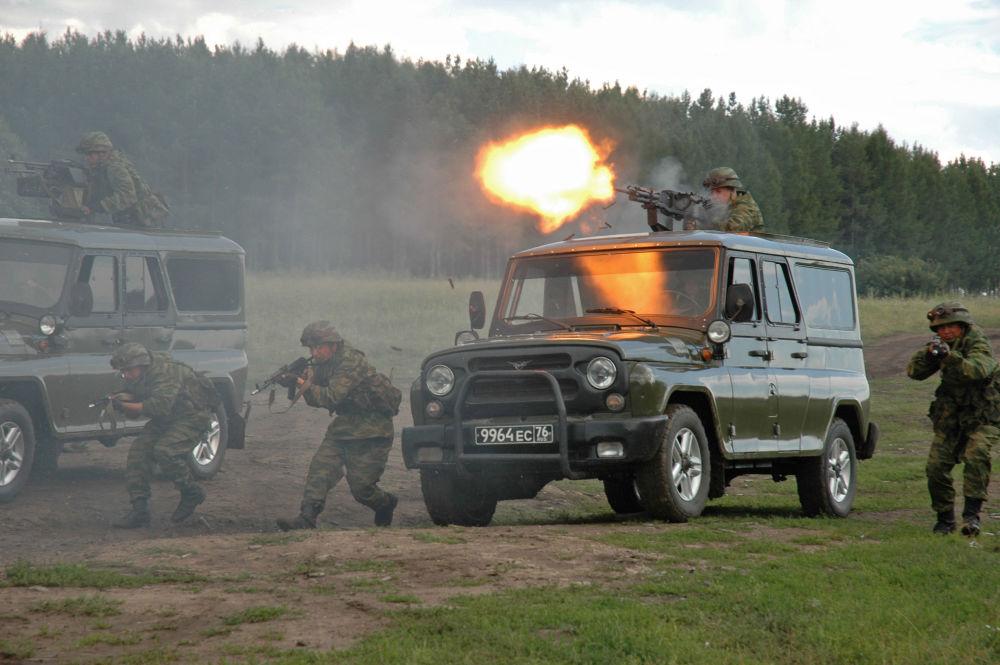 القوات الخاصة التابعة لوزارة الدفاع الروسية استعدادا للمناورات المشتركة لمكافحة الإرهاب بعثة السلام - 2007 في الحقل العسكري تشيباركول بمنطقة تشيليابينسك