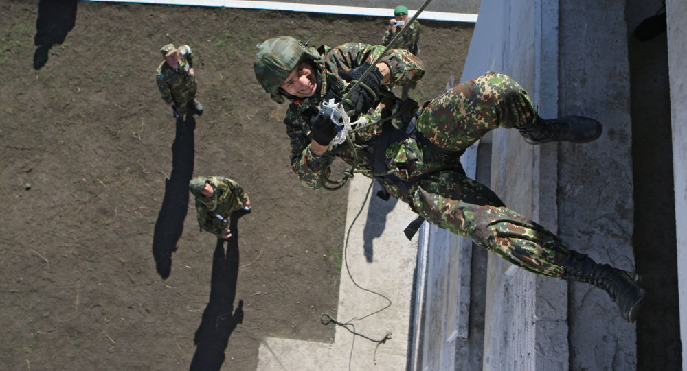 جندي خلال الصعود على الحبل في منافسات التدريب على الارتفاعات العالية بين الوحدات التابعة للقوات الخاصة وأجهزة المخابرات في وزارة الداخلية الروسية في قرية غورني في منطقة نوفوسيبيرسك