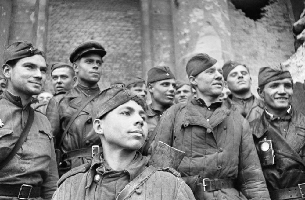 الجنود الذين اقتحموا الرايخستاغ - فصيلة من الفوج الاستطلاعي رقم 674 من فرقة المشاة إدريتسك رقم 150. في مقدمة الصورة - الجندي السوفيتي غريغوري بولاتوف