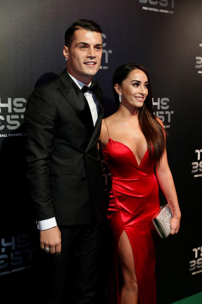 لاعب كرة قدم في فريق أرسنال غرانيت جاكا وزوجته ليونيتا ليكاج خلال حفل توزيع جائزة الأفضل في 2017 والمقدمة من الاتحاد الدولي لكرة القدم فيفا في لندن، بريطانيا 23 أكتوبر/ تشرين الأول 2017