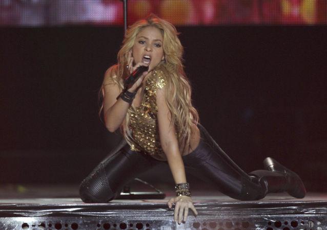 المغنية الكولومبية شاكيرا، زوجة لاعب فريق كرة قدم الإسباني جيرارد بيكيه