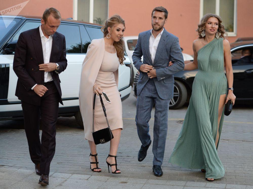 لاعبا فريق كرة قدم الروسي سبارتاك - دينيس غلوشاكوف وزوجته داريا، ودميتري كومباروف وزوجته تاتيانا في موسكو