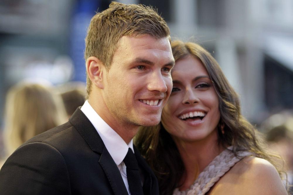 عارضة أزياء أمرا سيلاجدزيك (المستقبلية)، زوجة لاعب كرة قدم البوسني إدين دجيكو في ساراييفو، البوسنة 6 يوليو/ تموز 2012