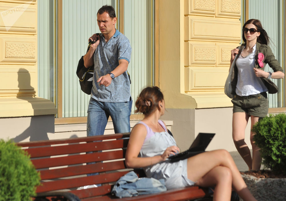 لاعب كرة قدم الروسي سيرغي إغناشيفيتش وزوجته نتاليا (خلفه)