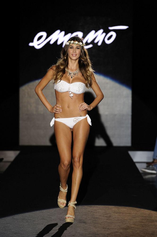 مقدمة البرامج التلفزيونية ميليسا ساتا خلال عرض أزياء من تصميم Emamo  في إطار أسبوع الموضة في ميلانو، إيطاليا 23 سبتمبر/ أيلول 2012