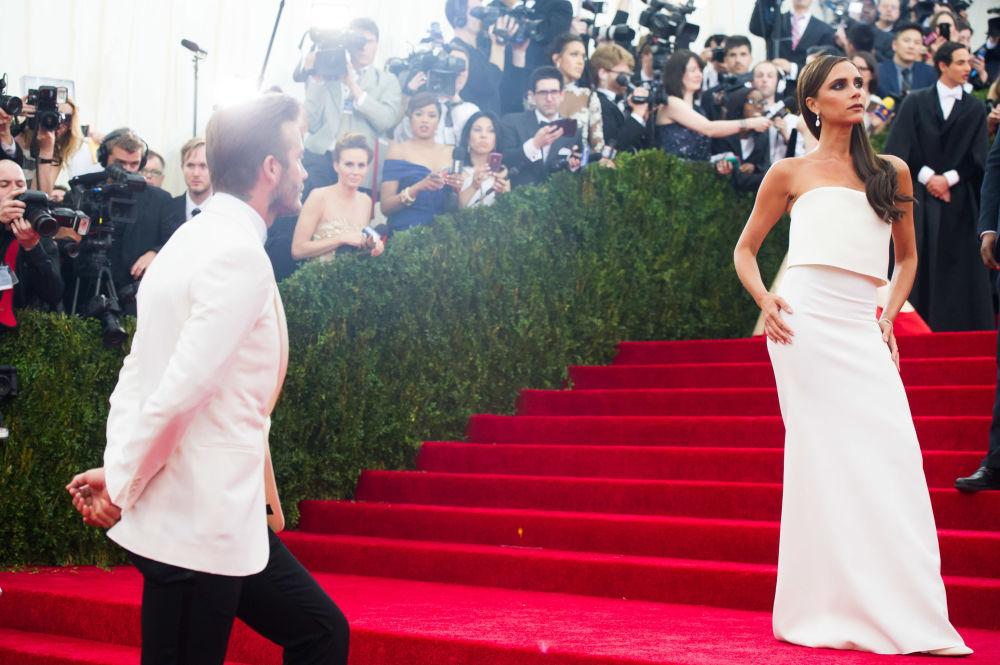 ديفيد بيكهام وزوجته فيكتوريا بيكهام لدى وصولهم للسجادة الحمراء لمتحف ميتروبوليتان للفنون في نيويورك، الولايات المتحدة 5 مايو/ أيار 2014