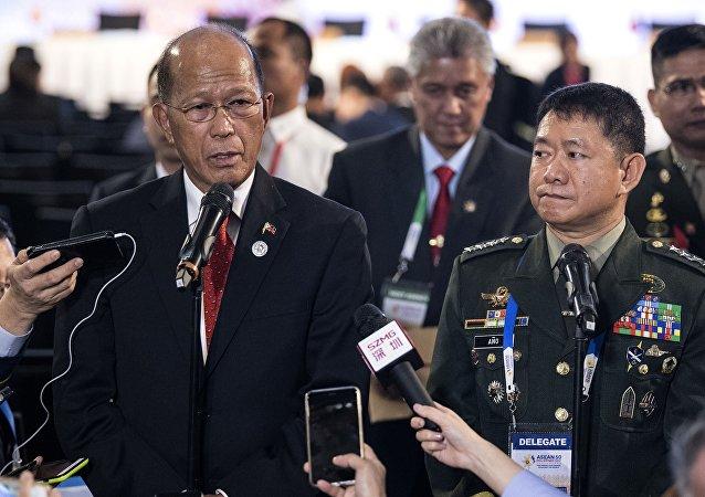 وزير الدفاع الفلبيني دلفين لورينزانا