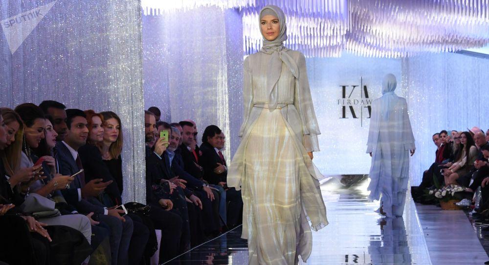 عرض أزياء لدار الأزياء فردوس - قامت المصممة عائشة قاديروف، ابنة رئيس الجمهورية الشيشانية رمضان قاديروف، في  إطار أسبوع الموضة مرسيدس بينز في بارك زارياديي بموسكو