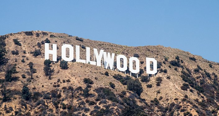 نجم هوليوودي يضع نفسه عاريا في لوحة إعلان مرتفعة… صور وفيديو