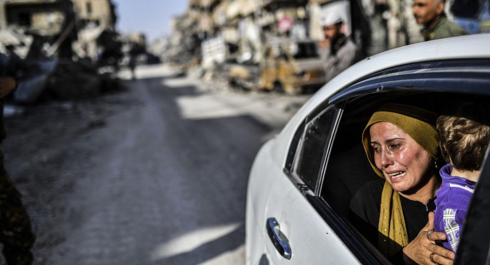 امرأة بعد رجوعها إلى مدينة الرقة بعد تحريرها، سوريا 20 أكتوبر/ تشرين الأول 2017