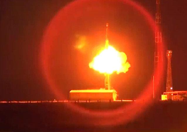 إطلاق صاروخ من طراز توبول RS - 12 M (أرشيف)