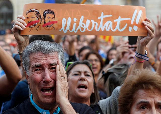 مواطنون في كتالونيا بعد إعلان الاستقلال