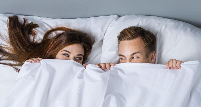امرأة ورجل في السرير