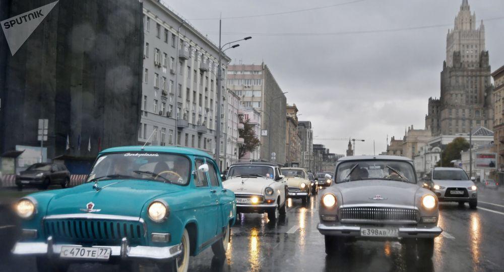 سيارات غ أ ز-21 (فولغا) خلال مسيرة للسيارات العريقة في شوارع موسكو، روسيا