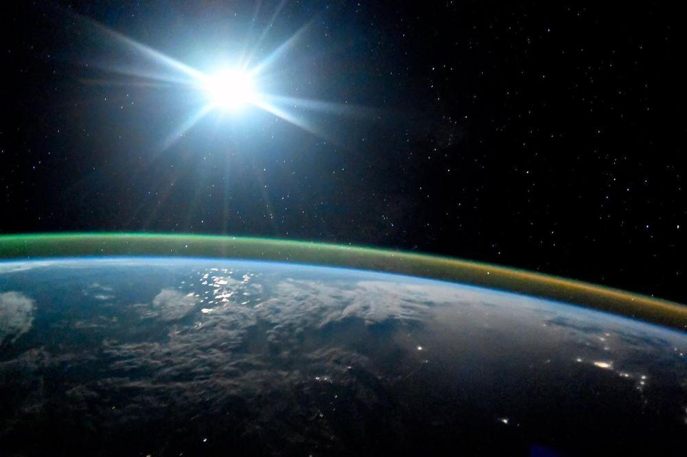 كوكب الأرض ليلا في ضوء القمر الشفق القطبي أورورا. 7 أكتوبر/ تشرين الأول 2017