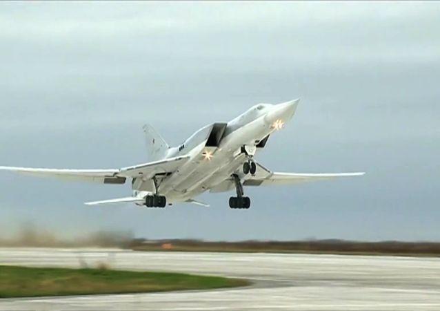 القوات الجوية الروسية تشن غارات على مواقع تنظيم داعش الإرهابي في دير الزور، سوريا، تو-22 إم3