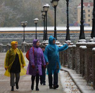 تساقط الثلوج في المنتجع الشتوي روزا خوتور في كراسنايا بوليانا، روسيا