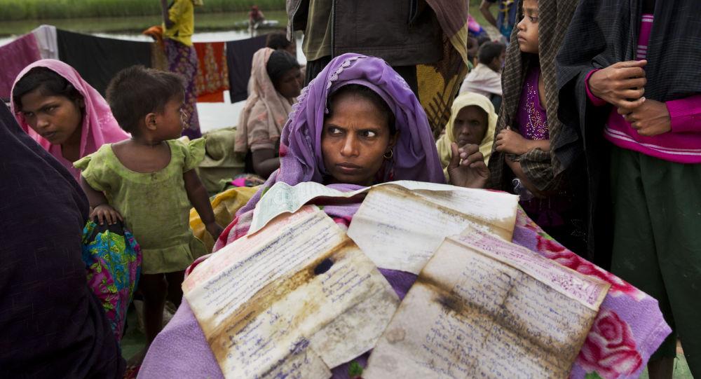 لاجئات الروهينغا، خلال انتظارهن لعبور الحدود من ميانمار إلى مخيم للاجئين في بنغلادش 2 نوفمبر/ تشرين الثاني 2017