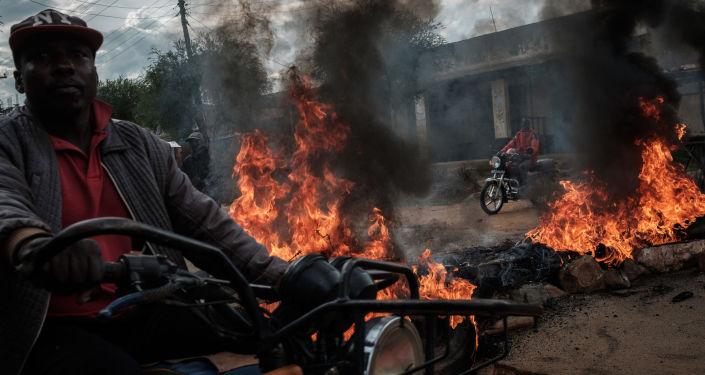 سائقو سيارات الأجرة يقودون سياراتهم وسط حواجز مشتعلة أقامها أنصار المرشح الرئاسي رايلا أودينغو، خلال احتجاجات في ماجينغو، كينيا 28 أكتوبر/ تشرين الأول 2017