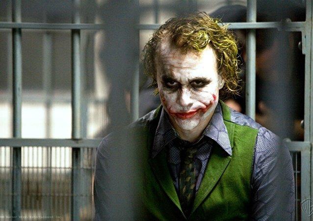 الممثل الأسترالي هيث ليدجر في دور الجوكر في فيلم The Dark Knight من إنتاج 2008