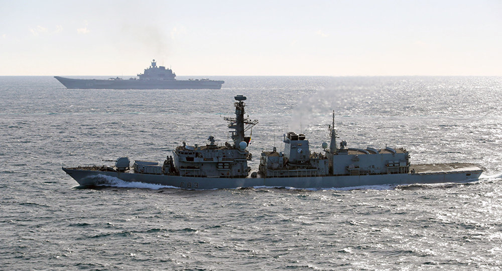 إحدى سفن الأسطول البريطاني تراقب حاملة الطائرات الروسية