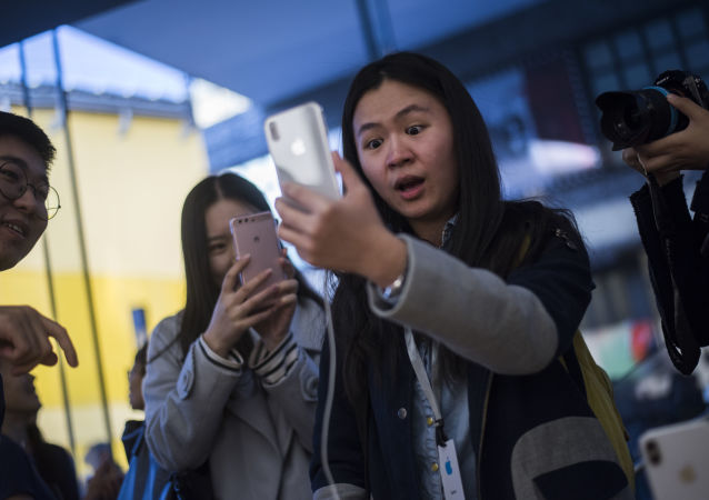 مبيعات هواتف آيفون إكس في متاجر أبل بمختلف مدن العالم 3 نوفمبر/ تشرين الثاني 2017 - بكين، الصين