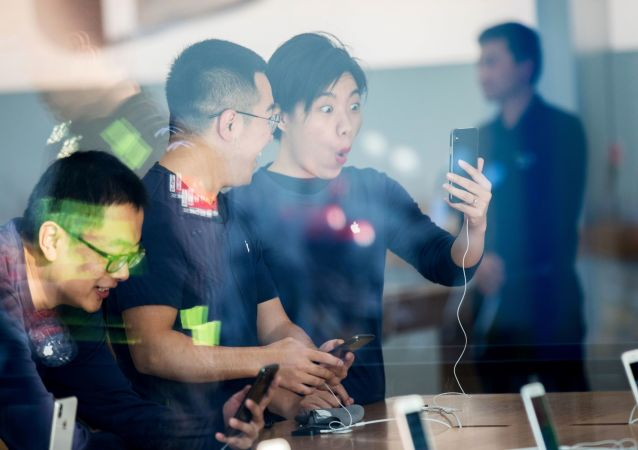مبيعات هواتف آيفون إكس في متاجر أبل بمختلف مدن العالم 3 نوفمبر/ تشرين الثاني 2017 -  مدينة هانغتشو بمقاطعة تشجيانغ شرق الصين