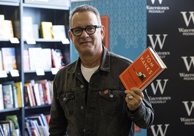 توم هانكس في حفل توقيع كتابه الجديد