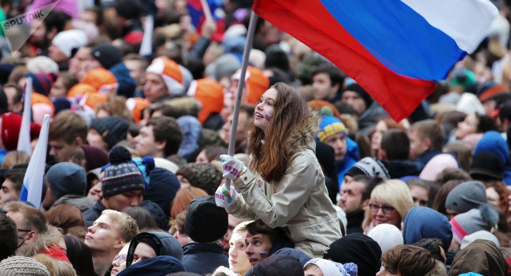 مواطنون خلال حفل موسيقي روسيا توحد الشعوب! في ملعب لوجنيكي، بمناسبة عيد الوحدة الوطنية في موسكو، روسيا 4 نوفمبر/ تشرين الثاني 2017