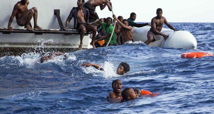 خفر السواحل الليبي لإنقاذ المهاجرين الذين غرق قاربهم في البحر الأبيض المتوسط، 6 نوفمبر/ تشرين الثاني 2017